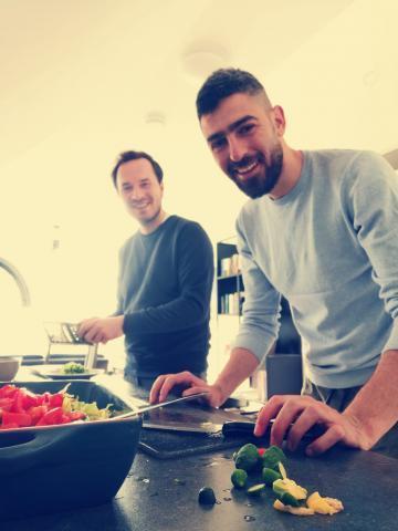 afbeelding van twee mannen die aan het koken zijn