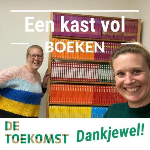 Foto van twee lachende vrouwen en een stellingkast vol boeken