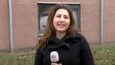 Afbeelding van een jonge vrouw met bruin lang haar en een microfoon van XON