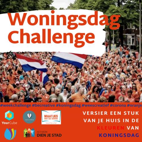 Op de afbeelding staat een foto van een grote groep mensen met Nederlandse vlaggen, met daarbij in het oranje de tekst 'Woningsdag Challenge', 'Versier een stuk van je huis in de kleuren van koningsdag', met de hashtags 'weekchallenge, becreative, koningsdag, weescreatief, corona, oranje' en de logo's van organisaties YourCube, Laten we Welzijn, Maatjes: meer dan huiswerk, CVVE en Netwerk Dien je stad.